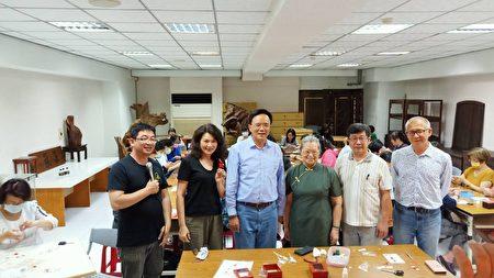 法务部政务次长蔡碧仲夫人黄淑英也是春仔花的学员。