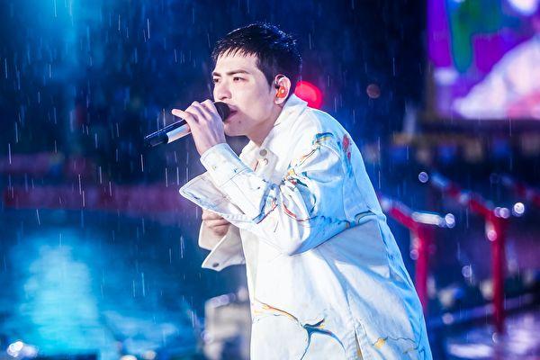 蕭敬騰一登台就下暴雨 廣州場擠進數萬歌迷