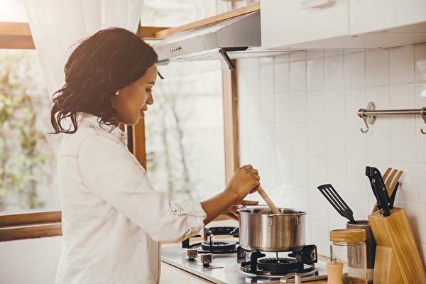 佛州老妇疫情中善举 每周义务煮千人份食物