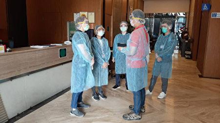 圖為防疫旅館工作人員。