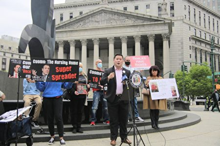 """纽约州众议员金兑锡(发言者)3日在纽约联邦法院前,与""""为老年人发声""""组织一起,呼吁纽约州总检察长詹乐霞调查州长库默办公室在掩盖疗养院居民染疫死亡数据方面的行为。"""