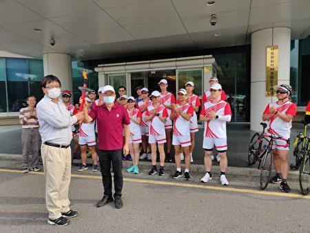 竹科管理局局長王永壯(左)親自迎接聖火,右為聖火隊帶隊的成大副校長吳誠文。