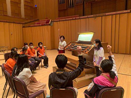 屏東演藝廳舉辦「管風琴共融工作坊」,邀請身心障礙朋友近距離體驗管風琴,感受音樂的美好。