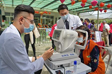 驗光師為偏鄉社區長輩進行眼睛檢查。