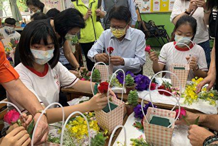 縣長潘孟安(右2)4日在屏東市忠孝國小與學童們,一起體驗花藝課程。