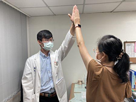 患者術後可高舉手臂與醫師give me five。