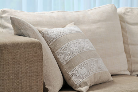 Pillow,On,Sofa,Shutterstock,客厅
