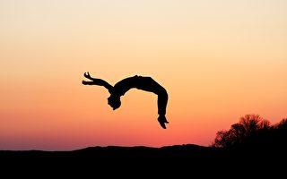 连续单手后空翻36次 南非男子刷新世界纪录