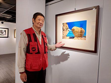顏炯彬的攝影作品《對話》是二個各自獨立的岩石,透過背後雲彩的組合,就好像在溝通事情。