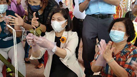 县长张丽善也特别出席和民众一起包粽子