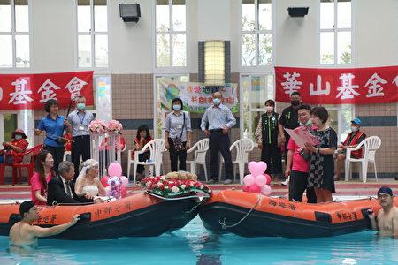 水上证婚-嘉义县社会局代理局长张翠瑶(右1)给长辈送上祝福。