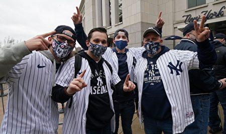 纽约洋基队球迷于2021年4月1日在洋基球场入口前合影。