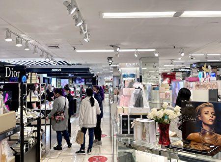 5日下午五点多,法拉盛梅西百货卖香水的柜台前客流量不算多,一些店员表示没听说发生了抢劫案。