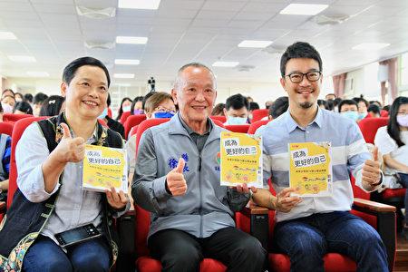 心理學教育家、作家劉軒(右1)與粉絲合影。