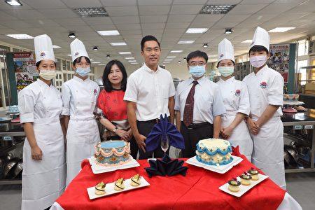 明台高中烘焙食品科6日举办毕业成果展,感谢师长父母亲教养之恩。