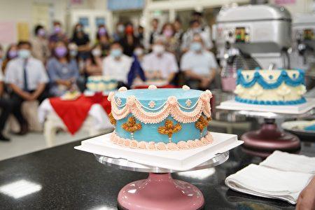 """烘焙科选定的""""复古奶油霜蛋糕""""作为示范开场。"""