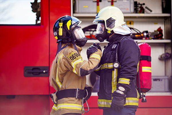 英国德比郡史上首现一对父女消防员