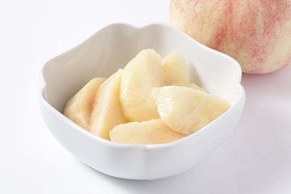 对水蜜桃绒毛过敏者,可以去皮再吃。(Shutterstock)
