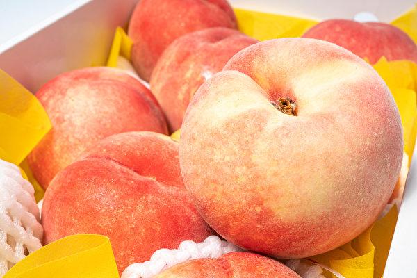 挑选桃子时,外表、香气、重量都要留意。(Shutterstock)