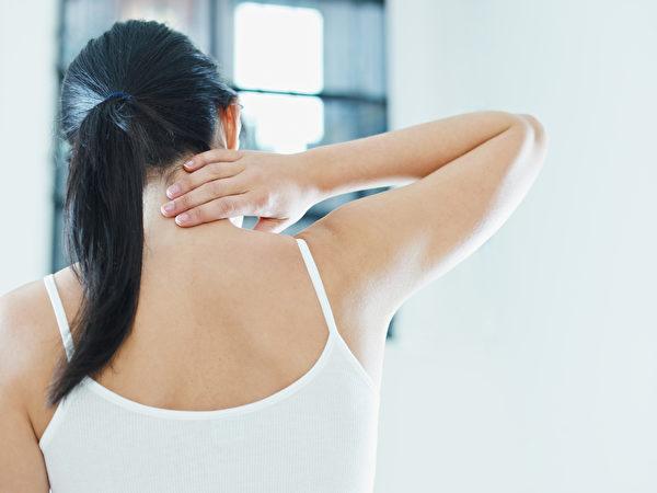 颈椎病也会对胃造成影响,引起胃胀、胃脘疼痛等胃部不适症。(Shutterstock)