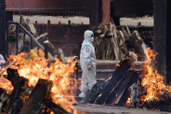 印度疫情失控,何时才能停止?图为印度一处火葬场景象。 (Anindito Mukherjee/Getty Images)