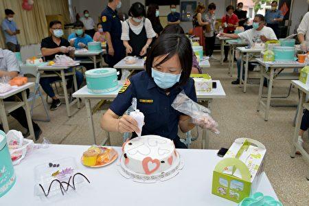 警察同仁制作母亲节蛋糕