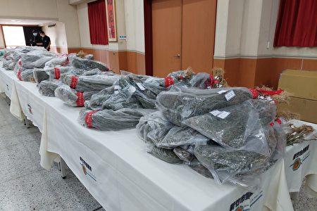 新竹市警局7日在記者會擺放1540株乾燥大麻、更有多件大麻成品、大麻香菸,還有種植大麻所用培養土,一字排開,相當壯觀。