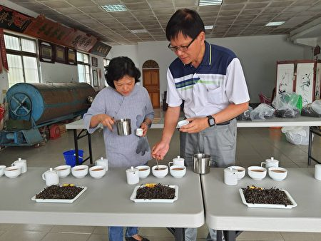 评审检查选手们制作完成的东方美人茶