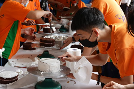 学生专心制作蛋糕。