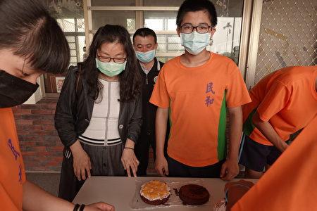 由刘主任辅导的学生完成涂奶油加水蜜桃的蛋糕制作程序,很有成就感。