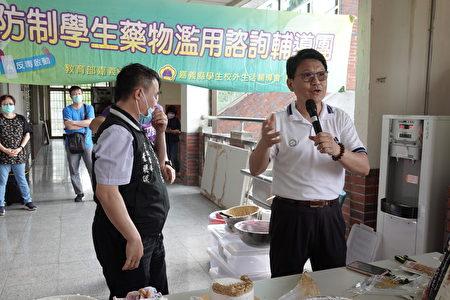 民和国中校长官志隆感谢嘉义县联络处叶聪谟军训督导,帮忙争取教育部的经费及安排今天的活动。