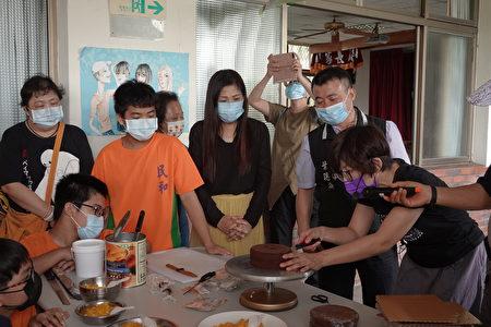指导老师吴珮慈教官示范蛋糕切半。