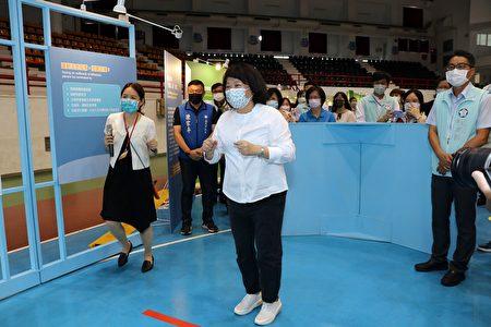 市長黃敏惠體驗流感防疫跑步遊戲。