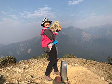 登頂拍照留個紀念,鹿江教育基金會執行長陳玉蟾攝於達芬尖山,海拔3,288公尺。
