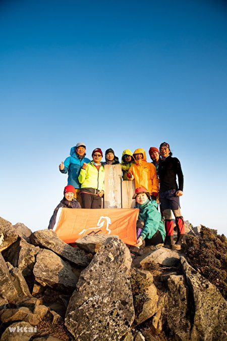 「翔馬登山社」林文勝(後方右1)熱愛爬山,自己也當嚮導帶團上山。