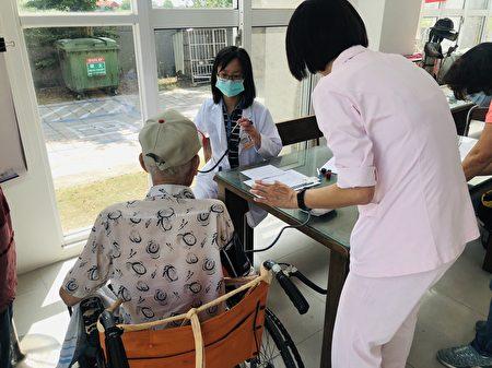 朴子醫院於母親節前夕,前往老人養護中心為長輩們施打COVID-19 AZ疫苗。