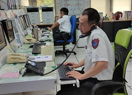 嘉义县消防局弟兄平常坚守岗位,为应付各种突发状况而忙碌的镜头。