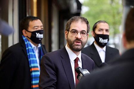 代表猶太社區的市議員葉格(中)支持楊安澤競選紐約市長。