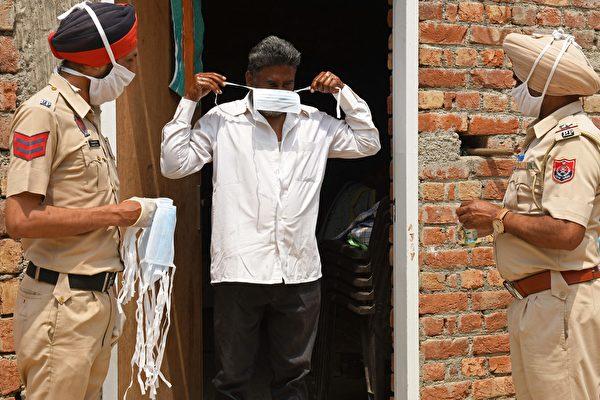 忙于为染疫者送终 印度警察推迟女儿婚礼
