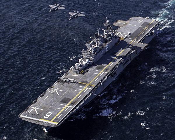 2020年10月20日,美國的兩棲攻擊艦美利堅號(LHA 6)與日本空中自衛隊的F-35 Lightning II戰機在太平洋聯合演練。(美國海軍)