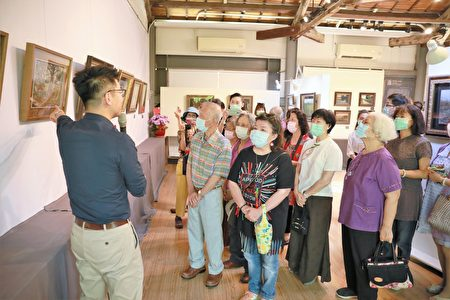 廖宜常为来宾导览作品。