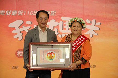 卑南乡东兴村模范母亲罗美玉照顾家庭并坚持刺绣工艺,曾获选第六届台湾工艺之家。