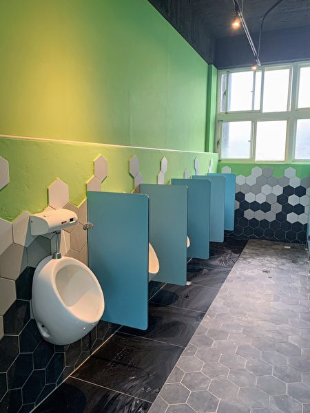 八堵国小如厕环境如同美术馆一般。