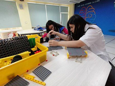 """中港高中自主学习 ,研发""""可拆式书桌组""""。"""