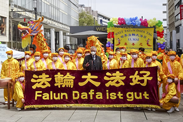 德國法輪功慶祝大法日 歐洲議員到場支持