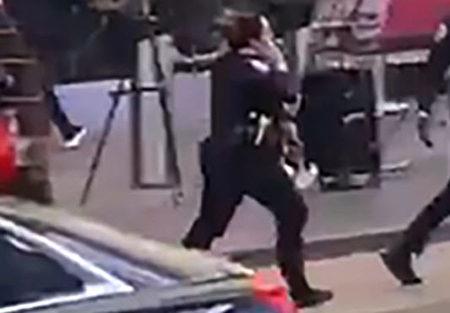5月8日纽约警察局曼哈顿中城北分局警官Alyssa Vogel在时代广场救人场面。