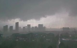 5月10日下午,武漢天突然變黑,隨即下起暴雨。(微博圖片)