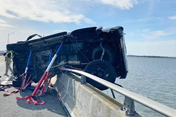 车祸致2岁娃甩飞坠海 陌生男急跃下高桥救援