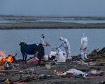 印度恒河惊现数十尸体冲上岸 疑染疫亡者