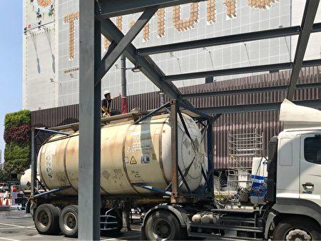 工业大型水车到勤美之森工地取地下水。